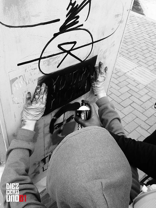 Manifestantes realizando graffiti de Manera Colectiva